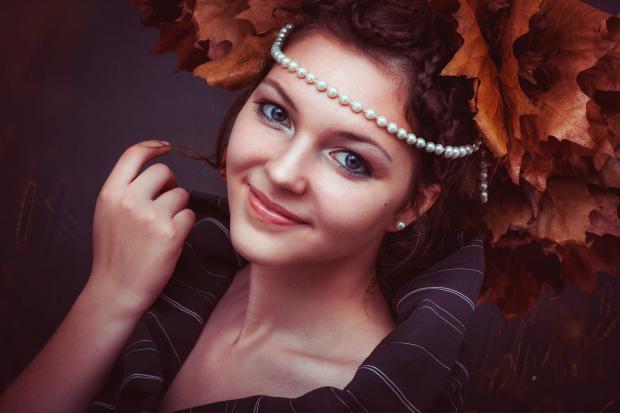 девушка с венком из осенних листьев