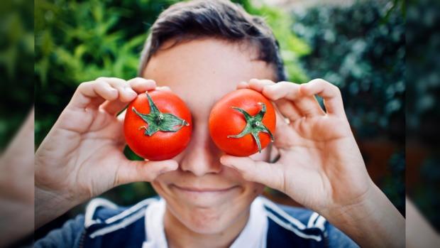 мальчик с помидорами