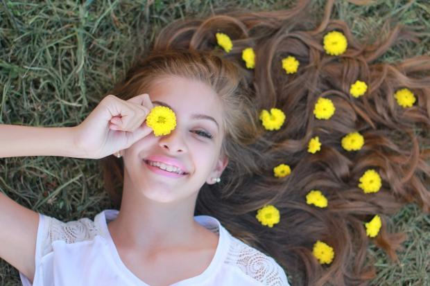 девушка лежит, в распущенных волосах желтые цветочки