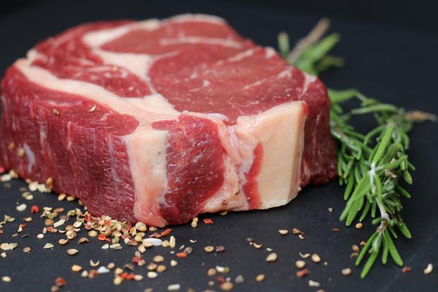 кусок сырого мяса со специями