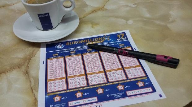 лотерейный билет и ручка