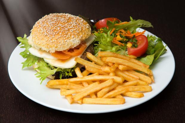 гамбургер, картошка  фри на тарелке