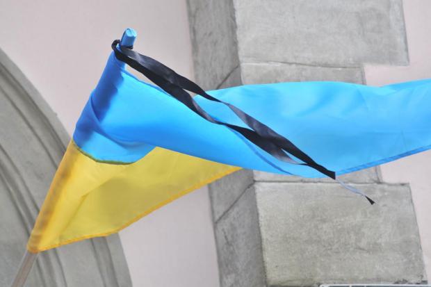 флаг Украины с черной лентой