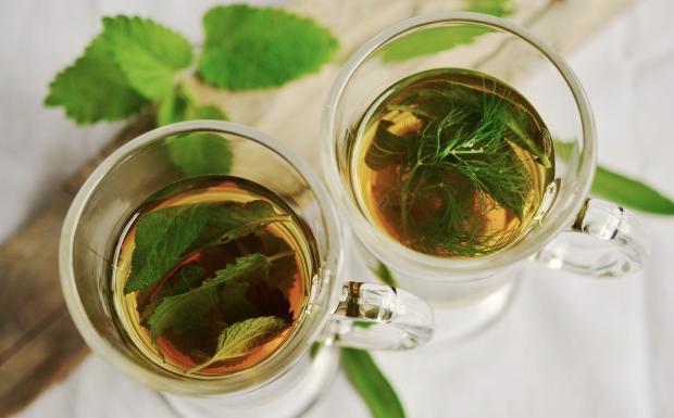 стаканы с травяным чаем