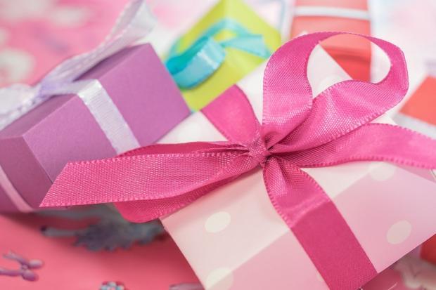 разноцветные подарочные коробки с лентами