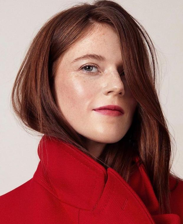 Роуз Лесли в красном пальто