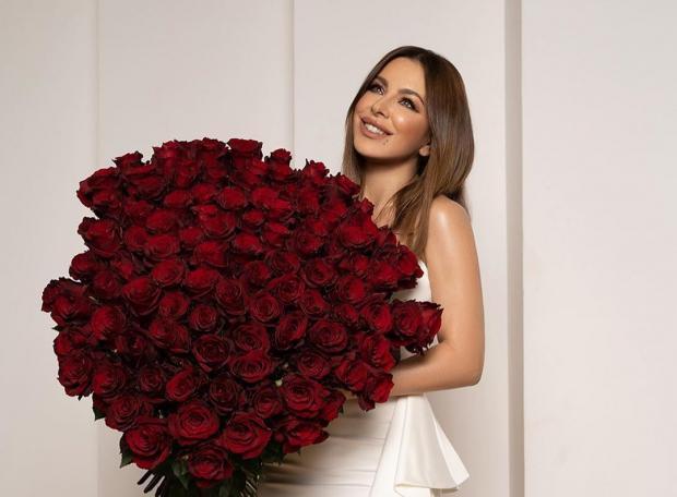Ани Лорак в белом платье с роскошным букетом красных роз