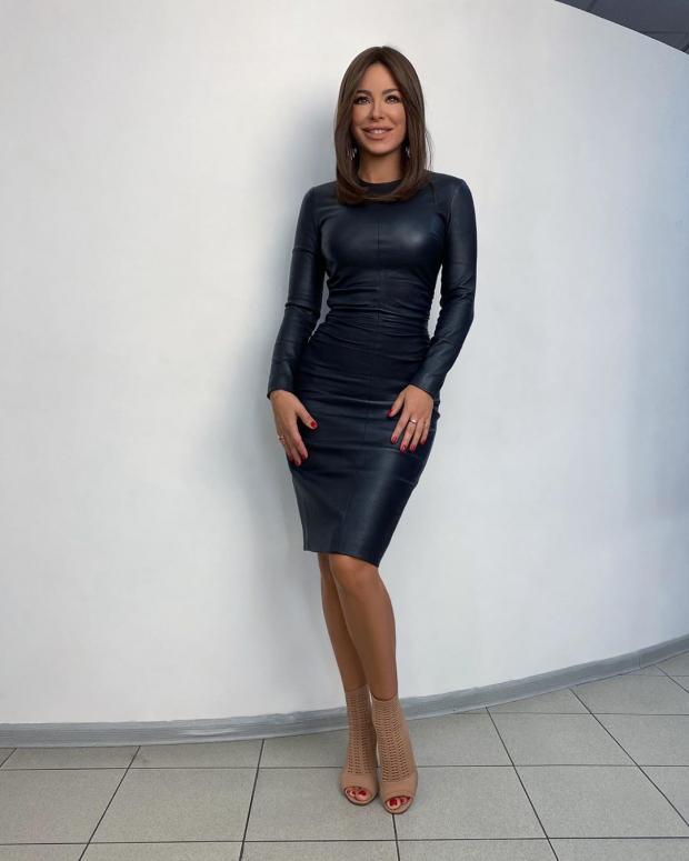 Ани Лорак в черном облегающем платье