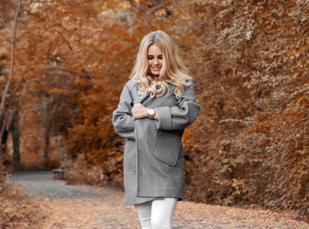 Длинноволосая блондинка в сером пальто
