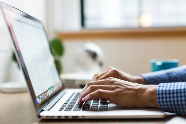 Мужские руки над клавиатурой компьютера