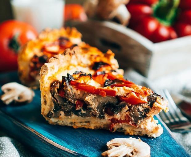 Вкусный пирог с овощами и курицей