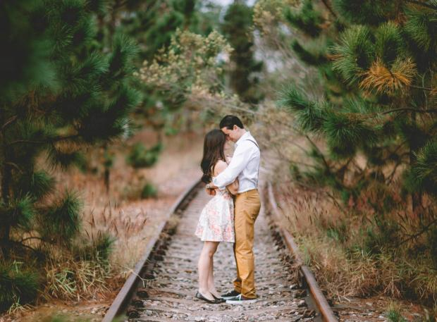 Влюбленная пара на железной дороге