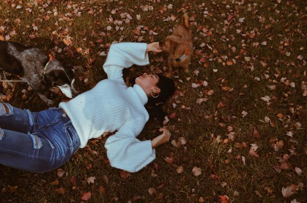 Девушка лежит на земле в желтых листьях