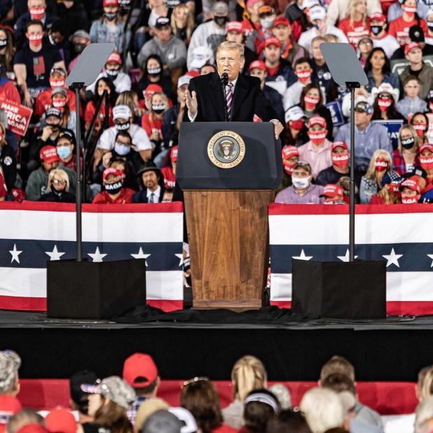 Дональд Трамп выступает перед избирателями