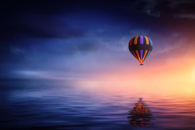 воздушный шар летит в ночном небе