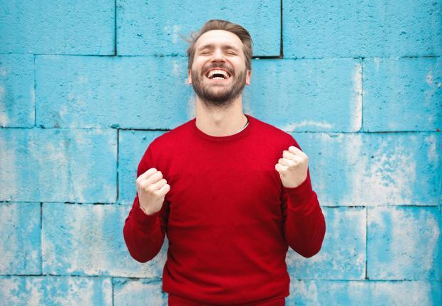 Мужчина в красном свитере