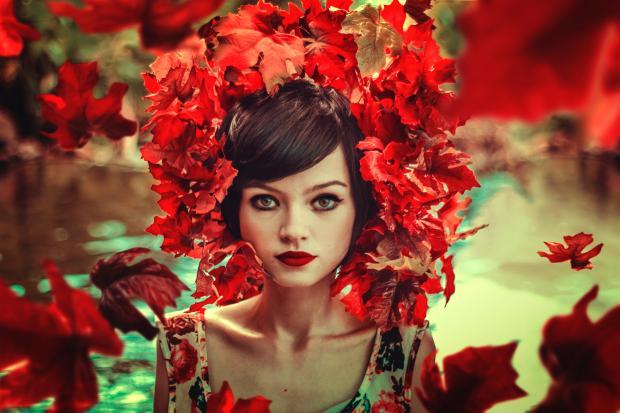 Девушка с красными листьями на голове