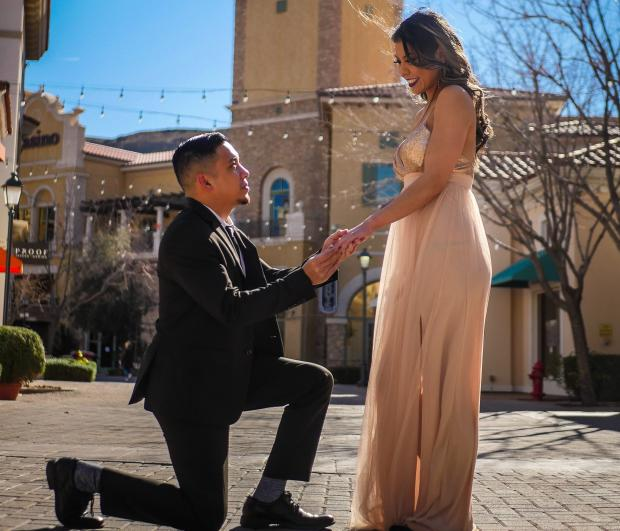 Мужчина делает предложение девушке
