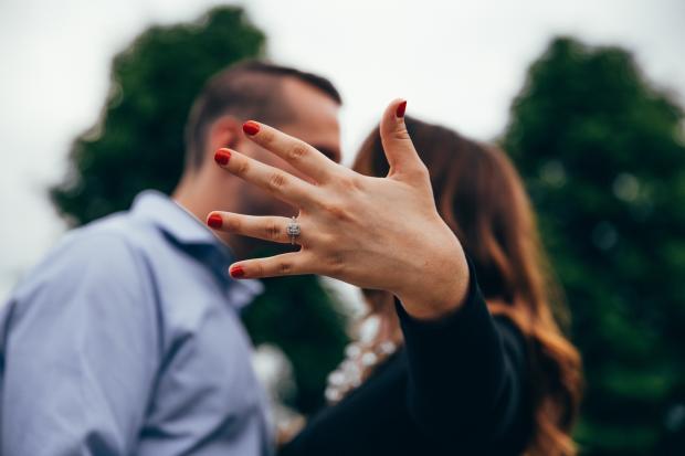 Девушка показывает обручальное кольцо