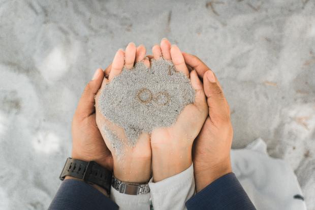Обручальные кольца в песке