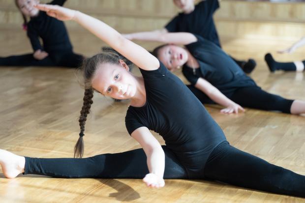 девочки занимаются в гимнастическом зале