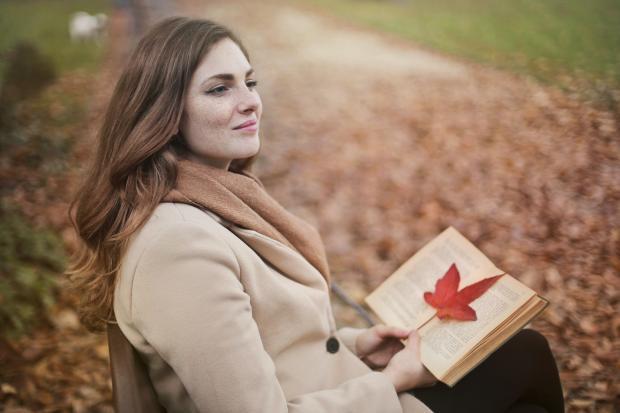 Молодая девушка в осеннем парке