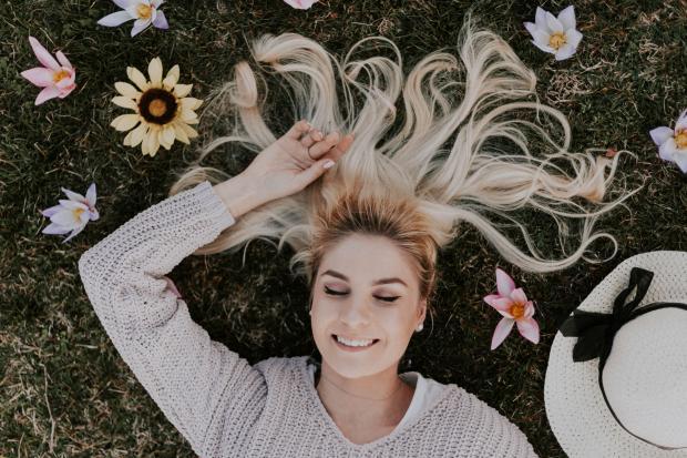 Длинноволосая девушка лежит на траве