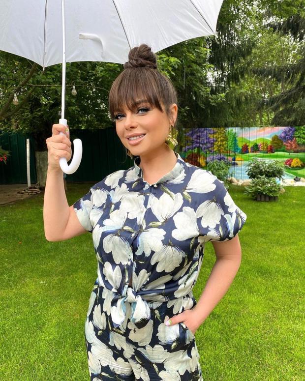 Наташа Королева с зонтиком