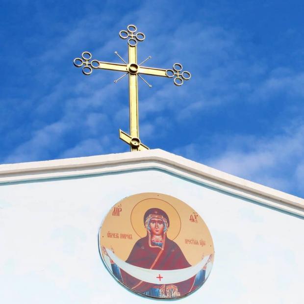 храм Покрова Пресвятой Богородицы с крестом и иконой снаружи