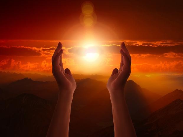 обращенные к небу в молитве ладони