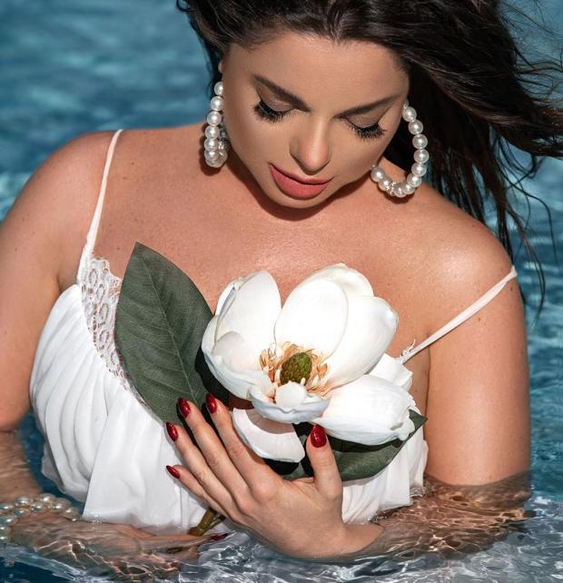 наташа королева с цветком