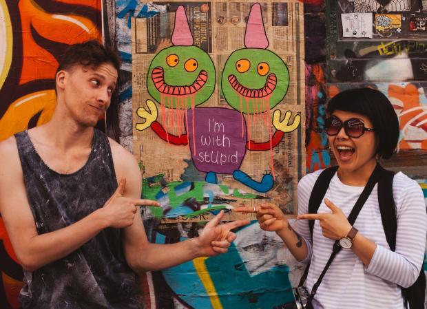 Парень и девушка у разноцветной стены
