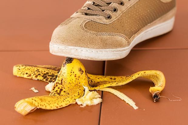 банановая кожура и туфель