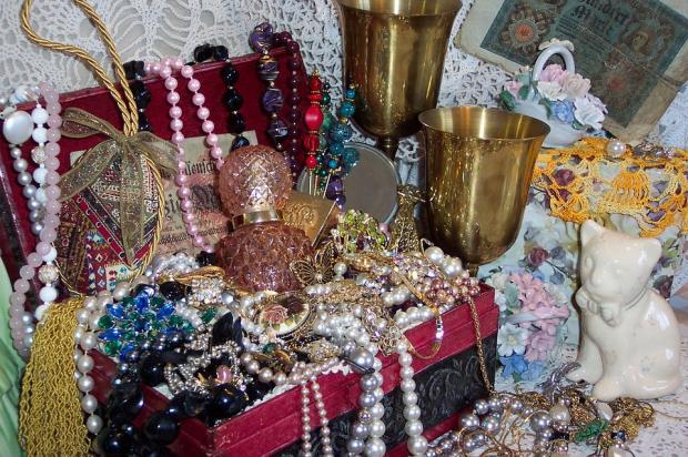 шкатулка с разнообразными драгоценностями