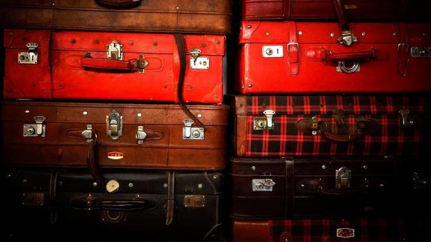 поставленные в два ряда старые чемоданы