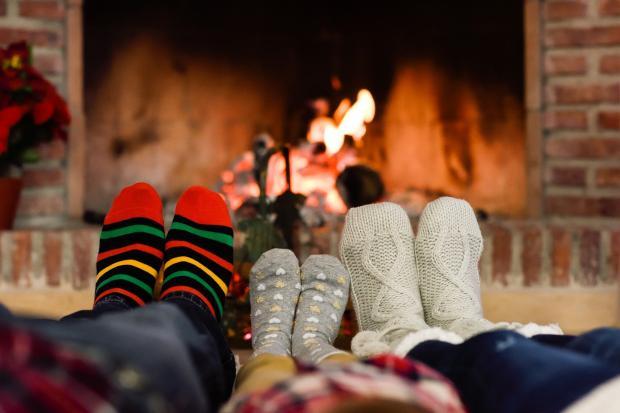 три пары ног в теплых носках