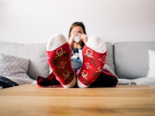девушка в теплых носках пьет чай