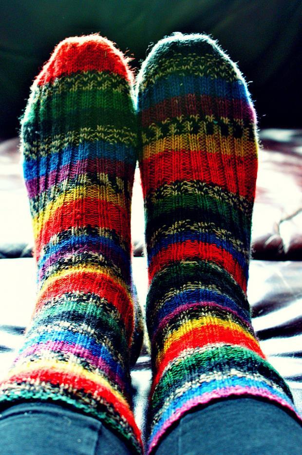 ноги в вязаных разноцветных носках