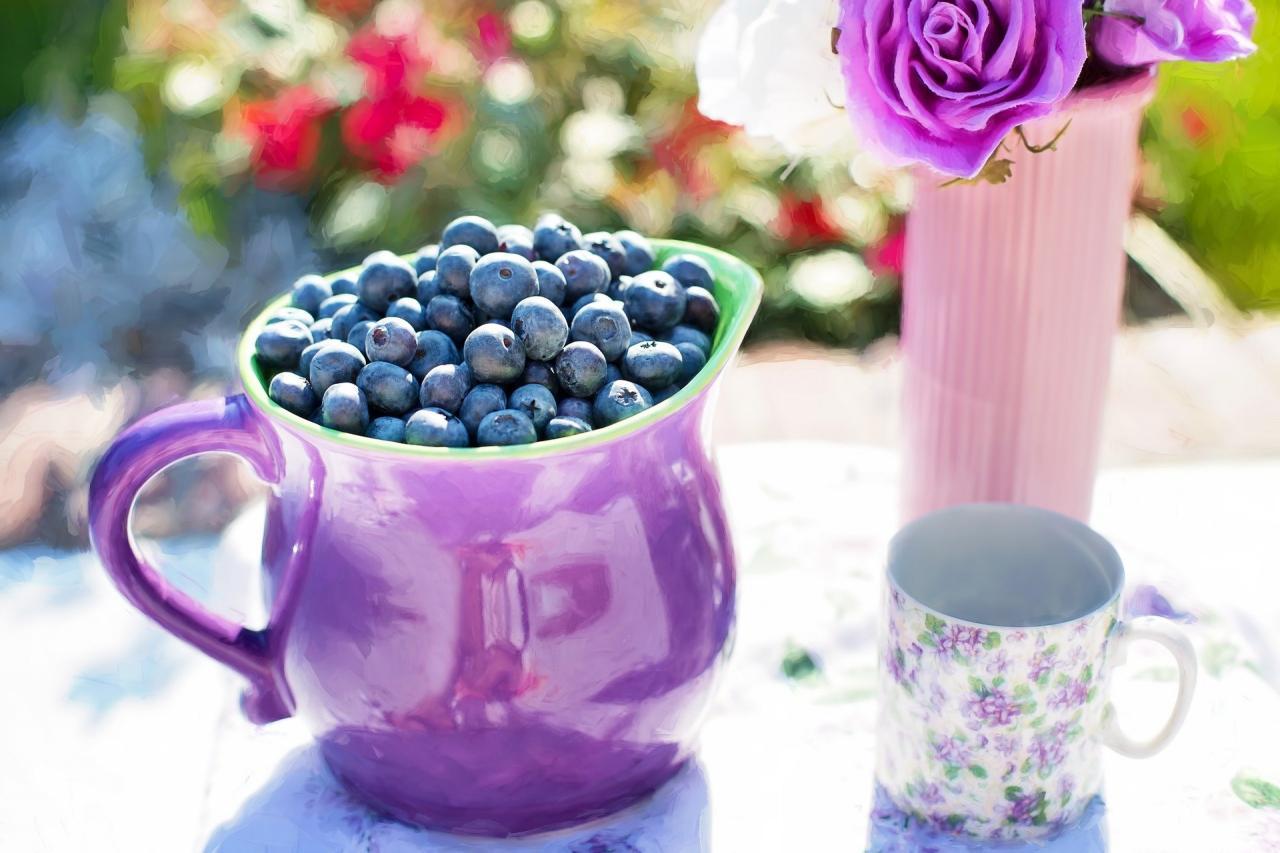 ягоды черники в кувшине