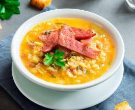 Гороховый суп с копчеными ребрышками и зеленью: рецепт аппетитного первого блюда