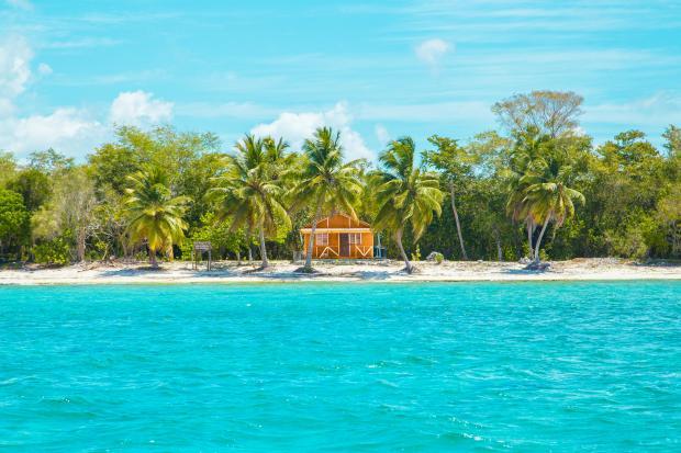 Деревянный дом на тропическом острове