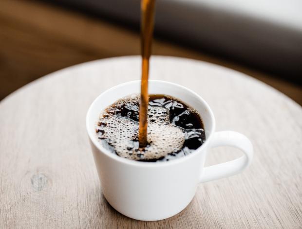 Крепкий кофе в белой чашке
