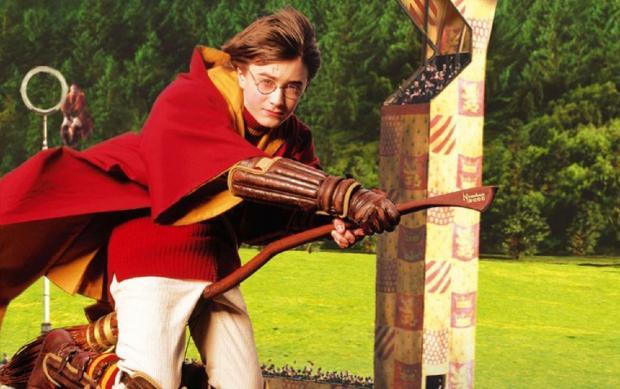 Гарри Поттер играет в квиддич кадр из первого фильма