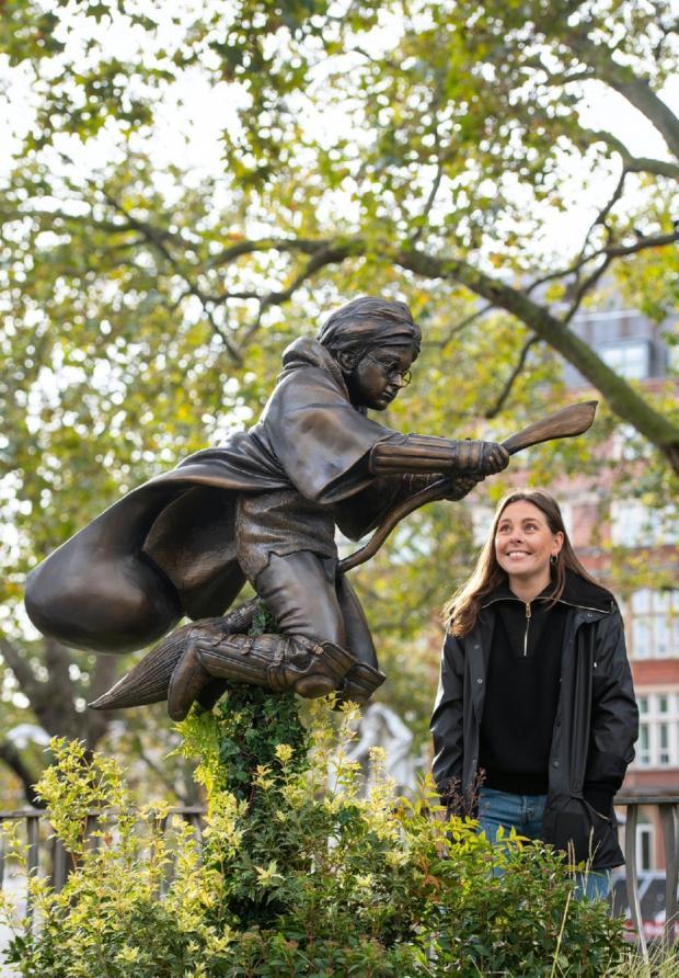 Поклонница Гарри Поттера смотрит на его статую