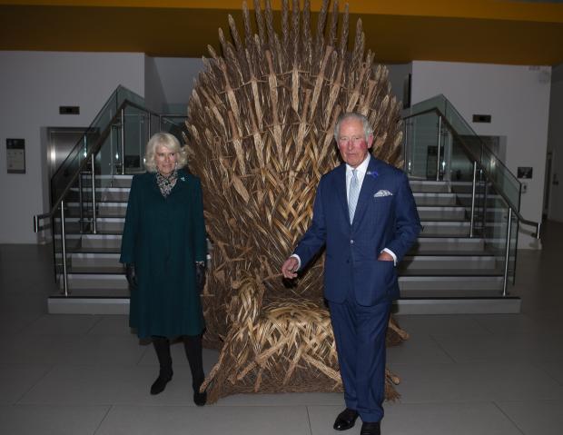 Принц Чарльз и Камилла возле Железного трона