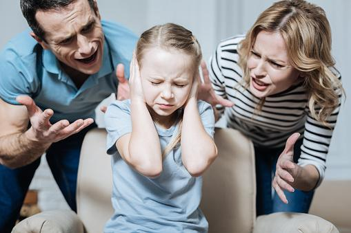 девочка заткнула уши - родители кричат