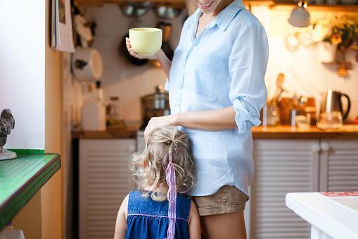 женщина на кухне пьет чай