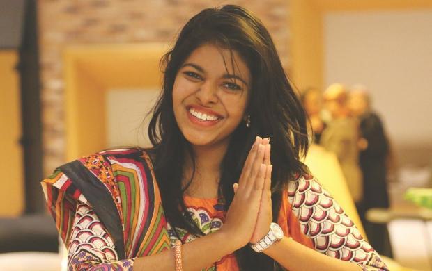 красивая девушка улыбается в международный день улыбки