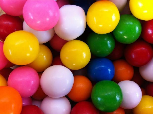 разноцветная жевательная резинка