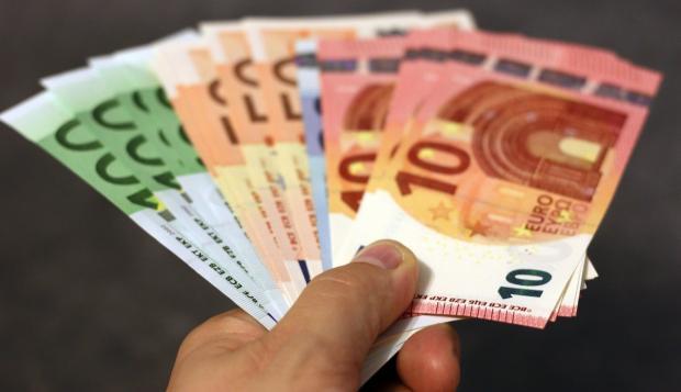бумажные евро в руках